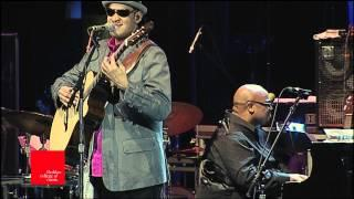 "Raul Midon Plays Ray Charles, ""Don't Let the Sun Catch You Crying"" at Berklee"